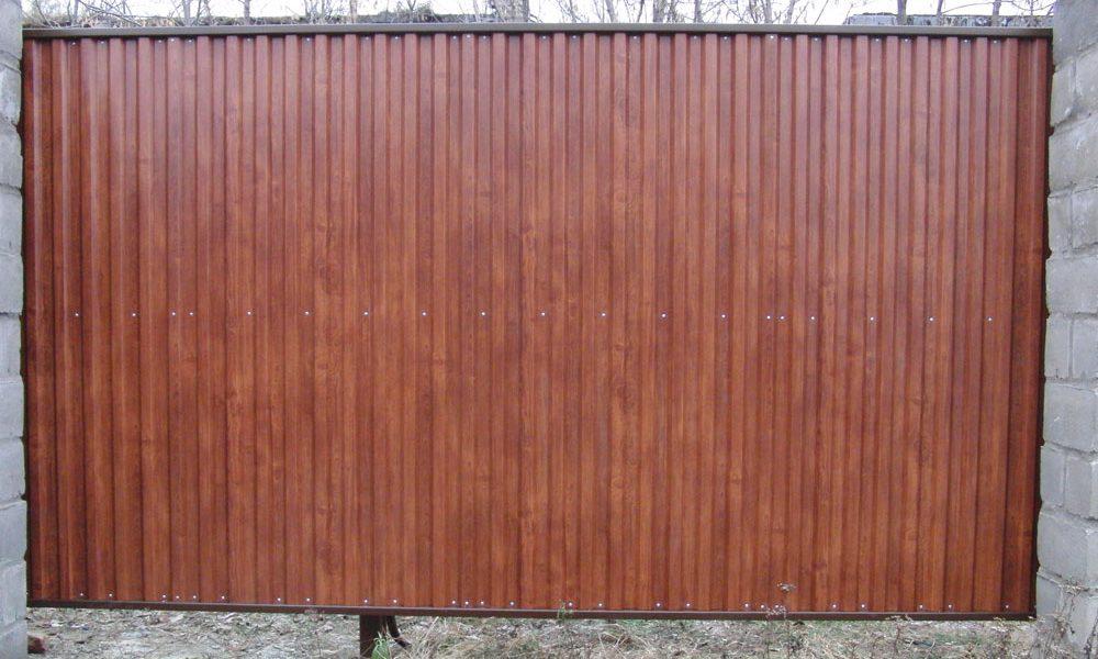 Вариант отделки ворот из профнастила с покрытием пленкой под дерево