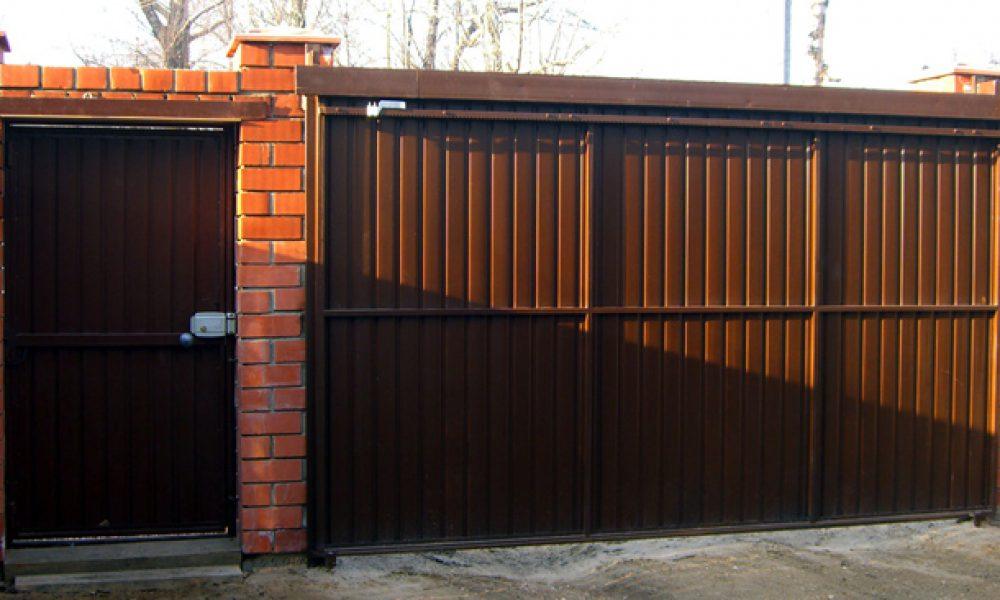 Подвесные ворота Механол с ошивкой профлистом изнутри закрыты