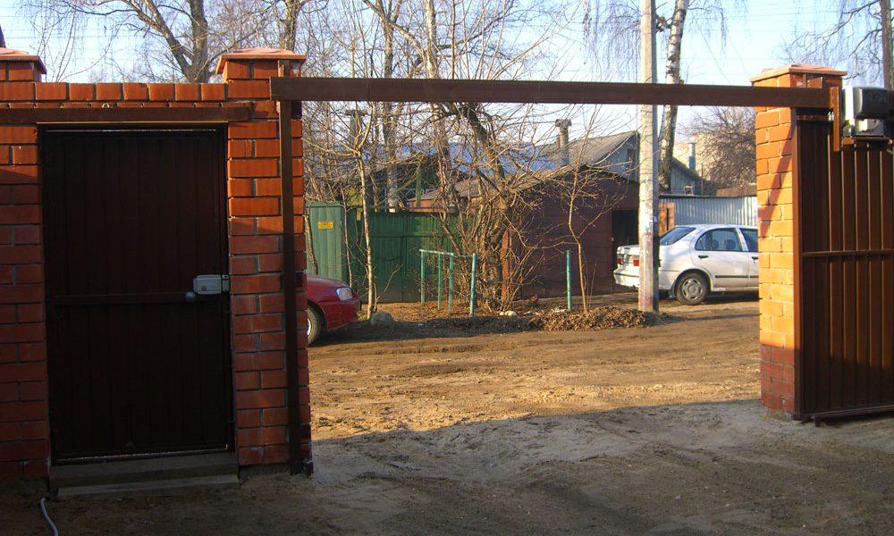 Подвесные ворота Механол с ошивкой профлистом открыты